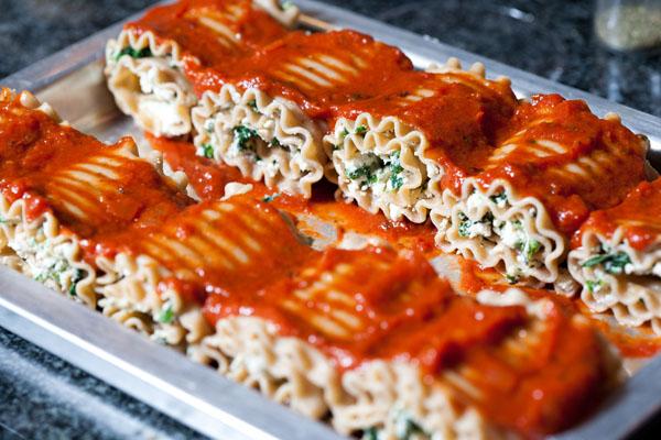 Easy Chicken and Spinach Lasagna Roll-up Recipe // evolvingmotherhood.com